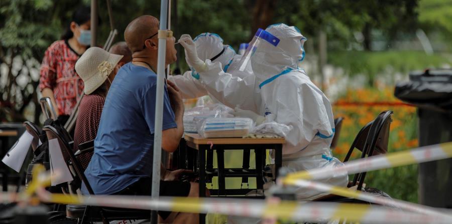 Pekín comienza a reportar menos contagios tras reciente brote de COVID-19
