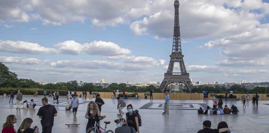 Francia reabre sus cines y permite el deporte en equipo