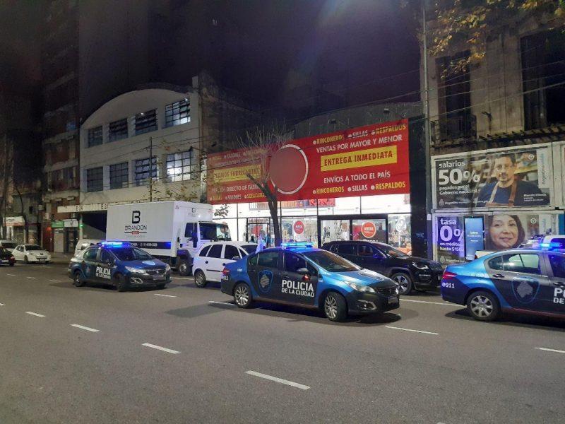 Coronavirus: la policia desbarato una fiesta electronica en una muebleria con falsa fachada