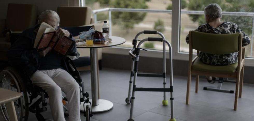 Madrid prohibe las visitas a 44 residencias tras detectar nuevos contagios
