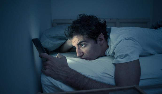 Las personas que se acuestan tarde regulan peor sus emociones