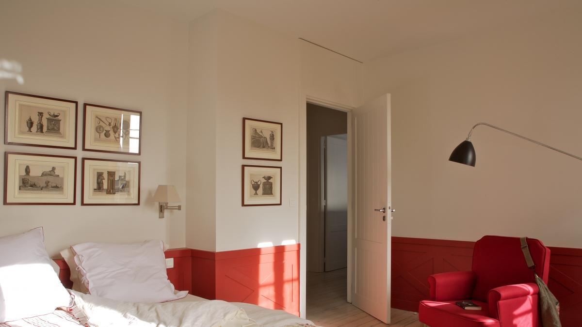 Efectos visuales, espejos, muebles 'camuflados'… Ocho trucos para lograr que un dormitorio parezca mas grande