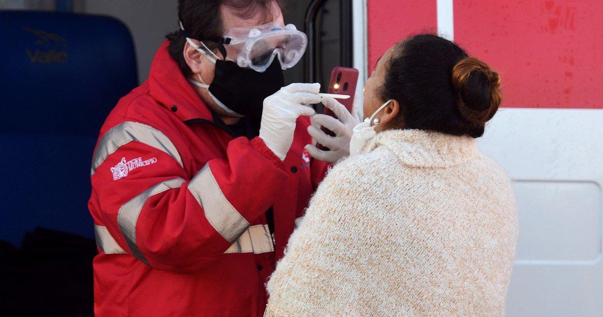 A quienes se considera contactos estrechos de una persona con coronavirus y que deben hacer