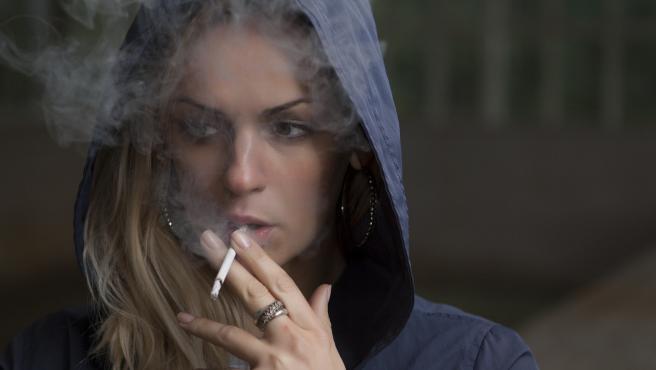 Sanidad aconseja ahora evitar fumar en la hosteleria… pese a que Simon le quito importancia al contagio por tabaco