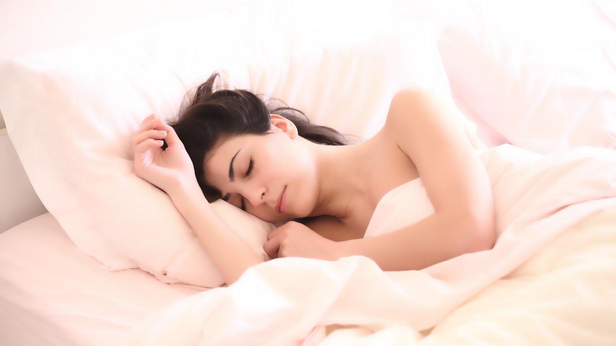 Los españoles de entre 45 y 54 años son los que peor duermen y las mujeres descansan menos que los hombres