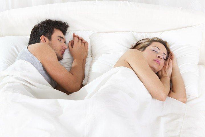 ¿Solos o acompañados?: como influye dormir en pareja a la calidad del sueño