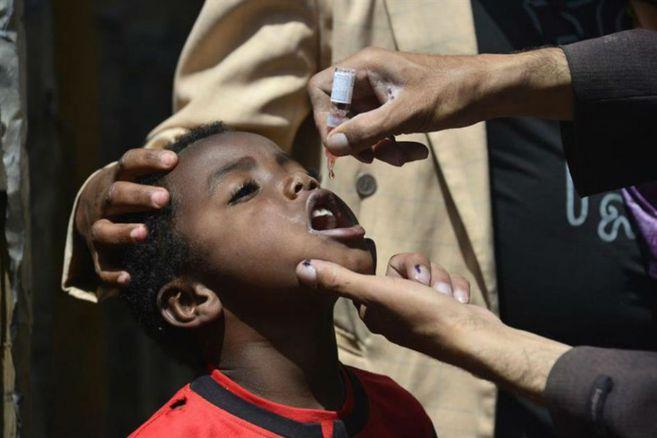 Vuelven los vacunadores contra el polio despues de una pausa por el coronavirus