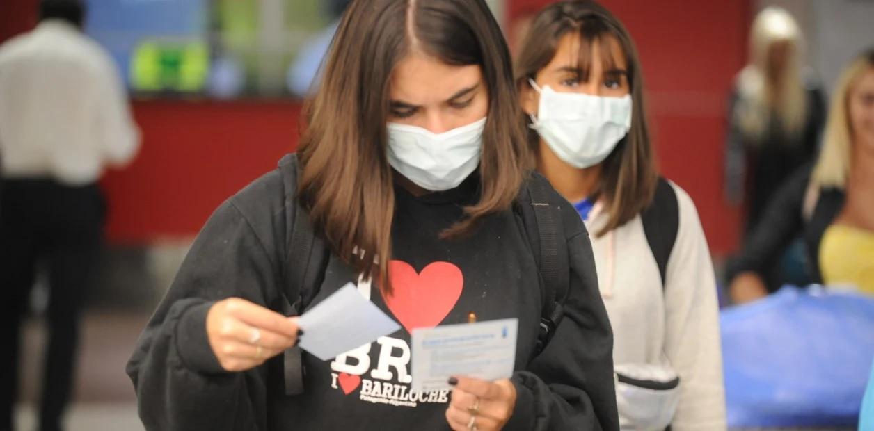 """La advertencia de la OMS para los jovenes que se exponen al contagio de coronavirus: """"No son invencibles"""""""