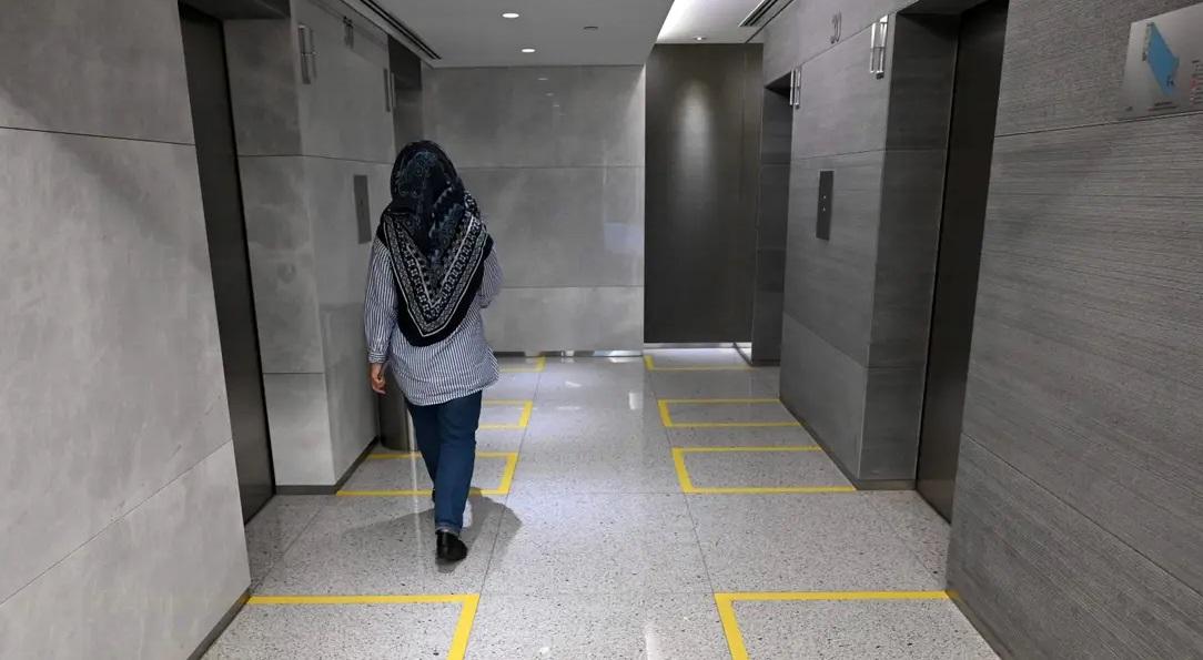 es asintomatica, uso el ascensor y contagio a 71 personas