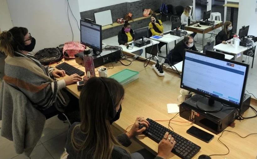 Coronavirus: medicos, estudiantes y voluntarios buscan por telefono casos positivos
