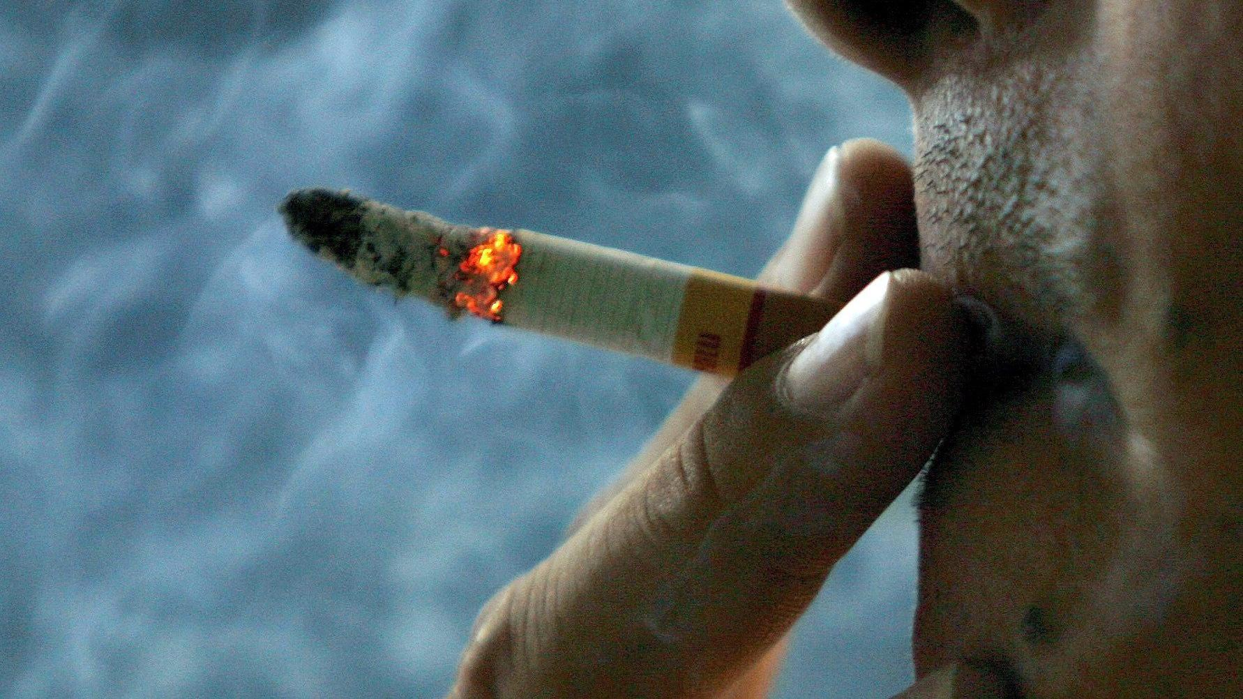 """El Coronavirus y el """"pucho"""": el 20% de los muertos eran fumadores"""