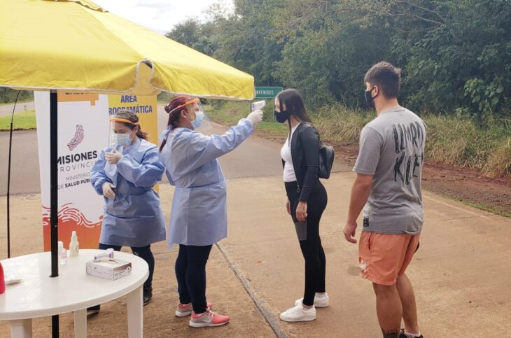 Al ingreso del Parque Nacional Iguazu, agentes de Salud Publica realizan controles de temperatura
