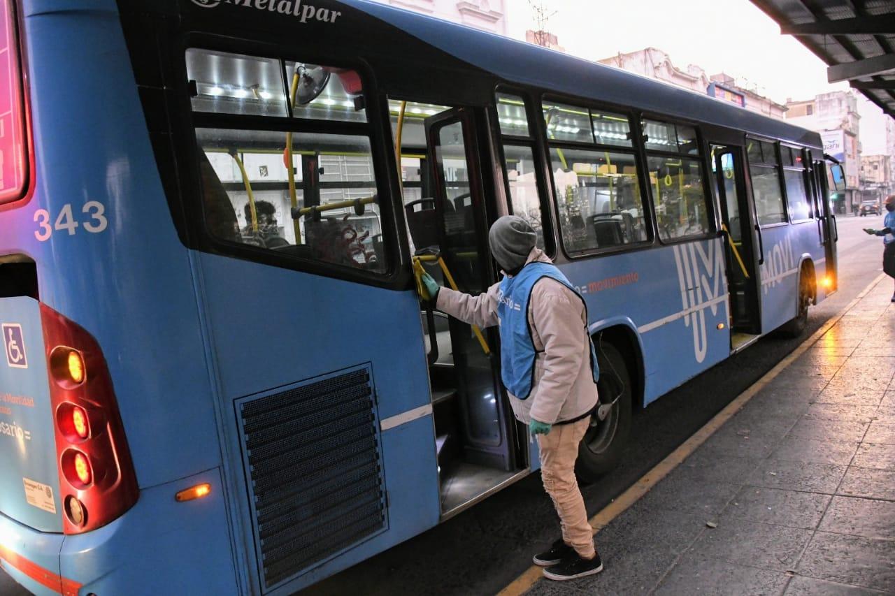 El municipio refuerza las tareas de higiene en el transporte publico