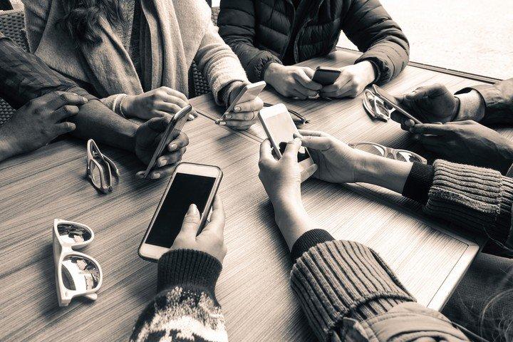 """""""Adiccion"""" al celular: que son la nomofobia, el FoMO y el phubbing y como evitarlos"""