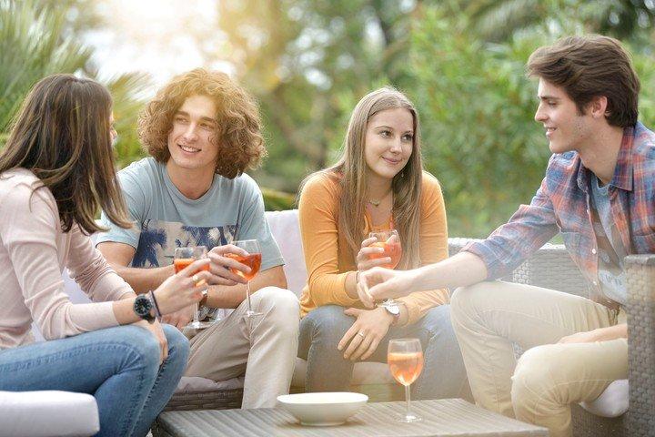 Las relaciones con pares son claves en la adolescencia.