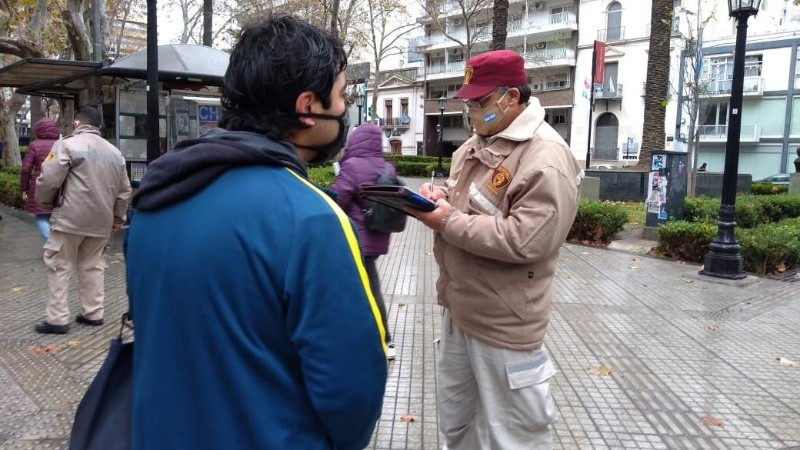 Todos controlan: el municipio hace multas por el tapabocas y en Victoria no pasan los rosarinos