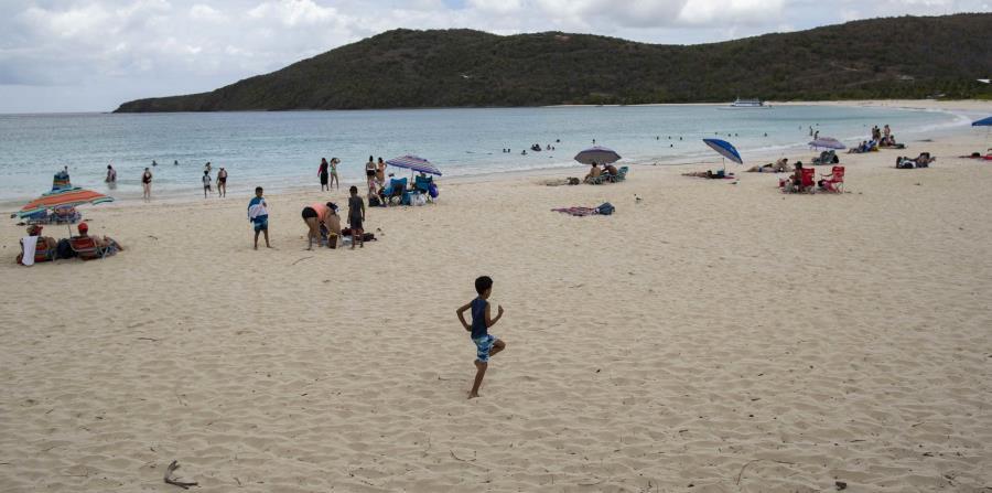Reabre Playa Flamenco el mismo día en que se anuncia el primer caso confirmado de COVID-19 en Culebra