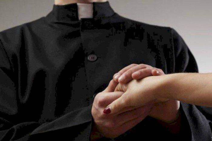 """Obispo de Arecibo denuncia el uso de muerte de sacerdote """"para manipular"""""""
