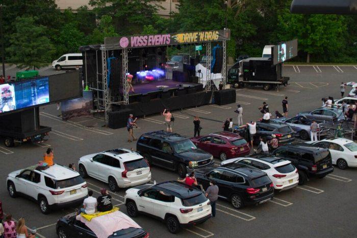 Centros comerciales en Estados Unidos ahora ofrecen espectaculos en estacionamientos