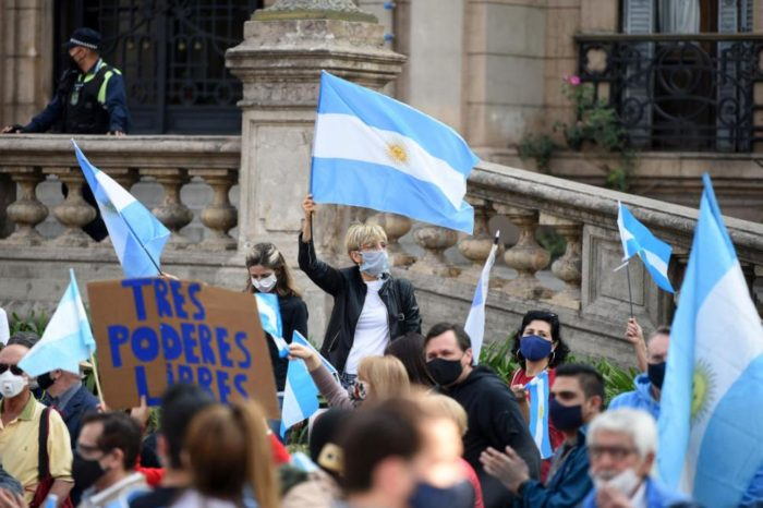 Criticas y tension tras la mencion de posibles sanciones por la marcha del 17-A