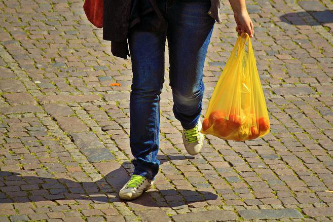 Chile dice adios a las bolsas plasticas: ningun comercio puede entregarlas
