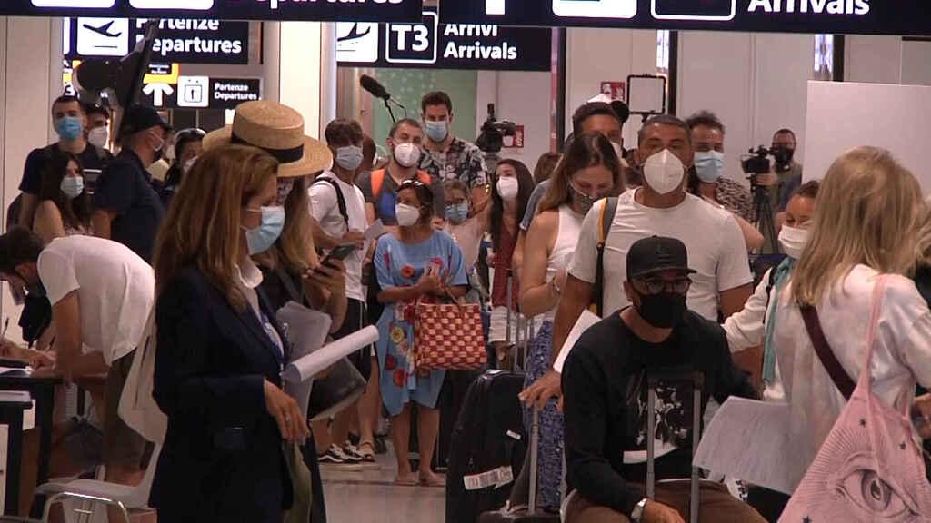 Pasajeros con mascarillas en el aeropuerto de Fiumicino en Roma.
