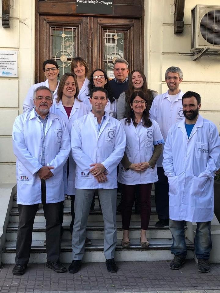 Altcheh (abajo, a la izquierda y parte del equipo de Parasitologia del Hospital de Niños Ricardo Gutierrez.