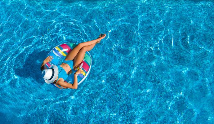 Expertos advierten de que usar bañadores mojados puede provocar vulvovaginitis en verano