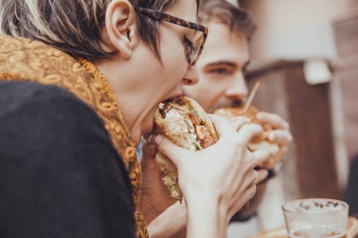 Esto le pasa a tu cuerpo cuando comes rapido
