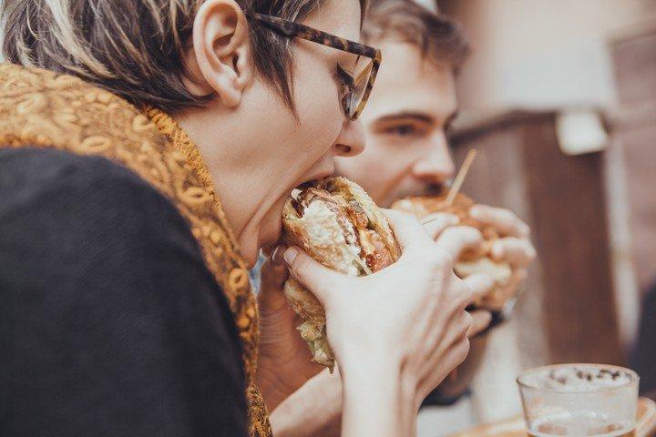 Comer rapido favorece las malas elecciones alimenticias.