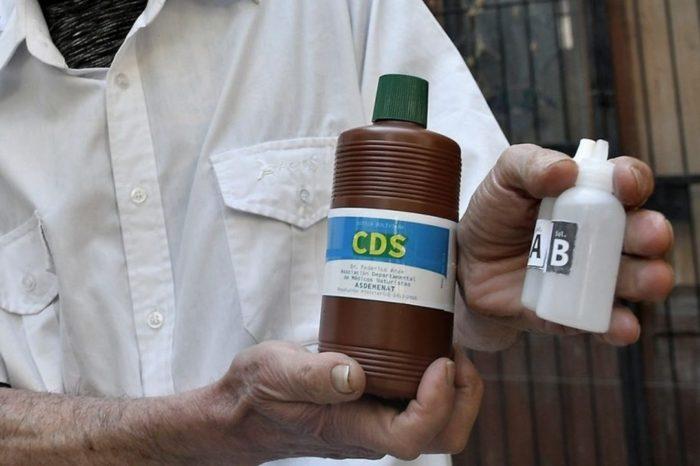 Falsas soluciones: desde el dioxido de cloro a mates con cuatro bombillas