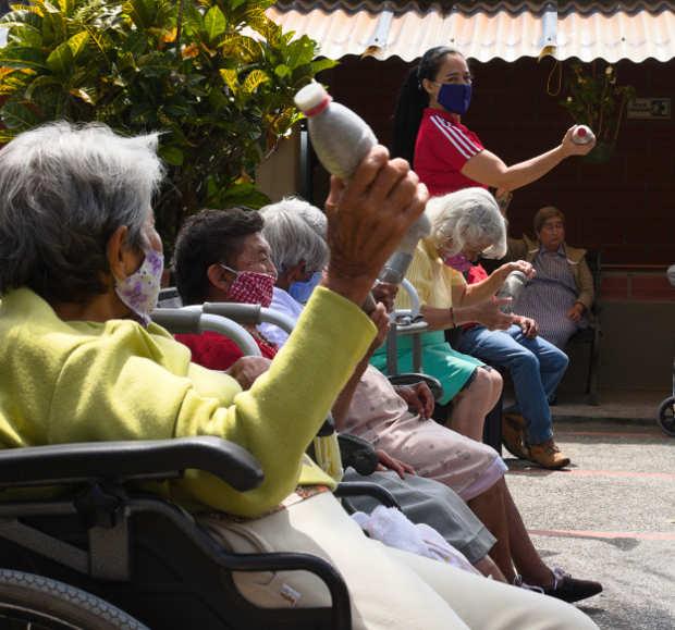 Adultos y cuidadores se ejercitan en los centros vida