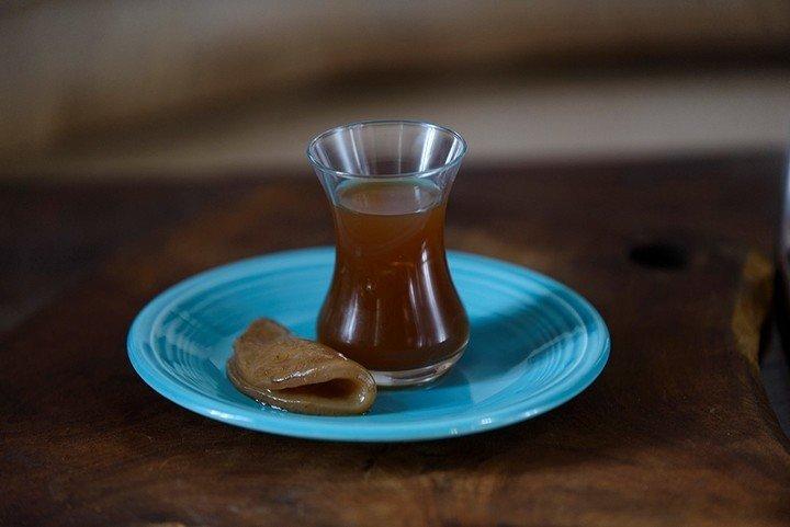 Kombucha es una bebida fermentada de ligero sabor acido .
