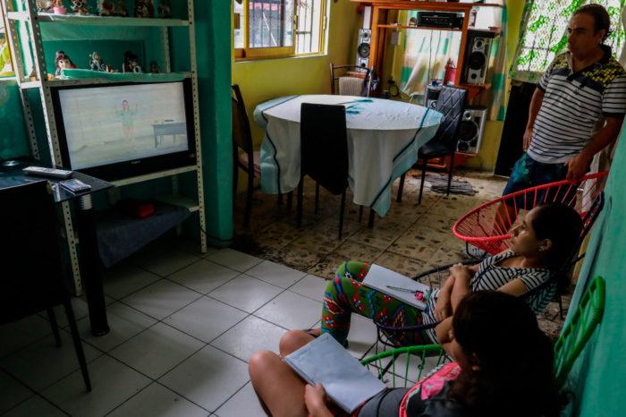 Mexico inicia historico año escolar en casa con retos y desigualdades