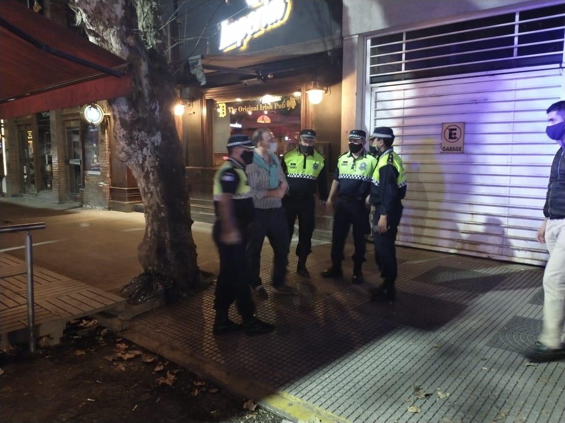 El COE oficializo hoy la prorroga de las restricciones para bares y restaurantes