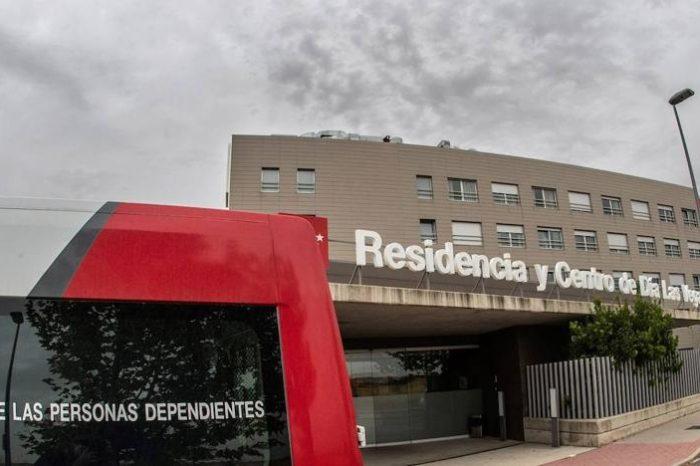 El traslado de ancianos entre residencias extiende un brote en Madrid