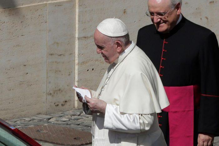 El papa usa mascarilla y pide a los fieles cuidar la salud de otros