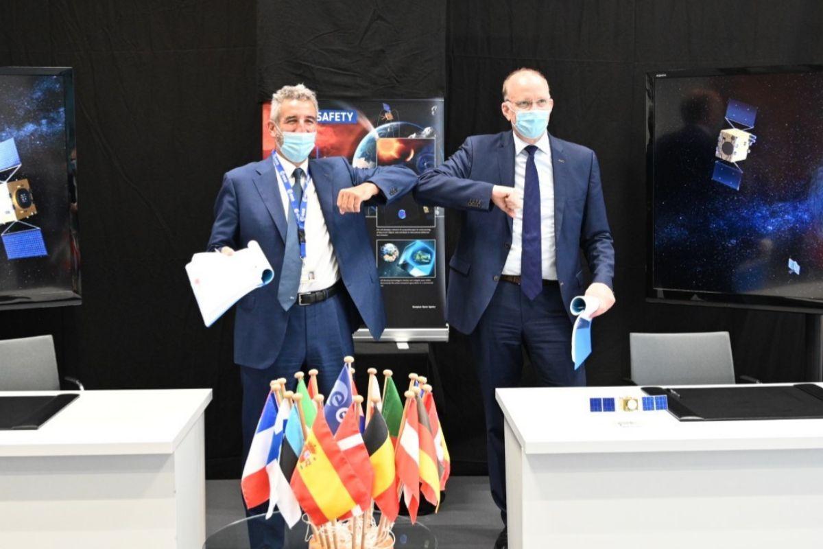 Los representantes de la ESA y del consorcio alem