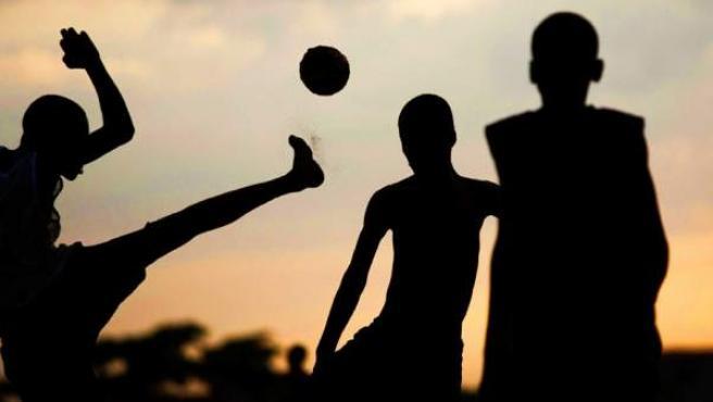 Chavales jugando al futbol.