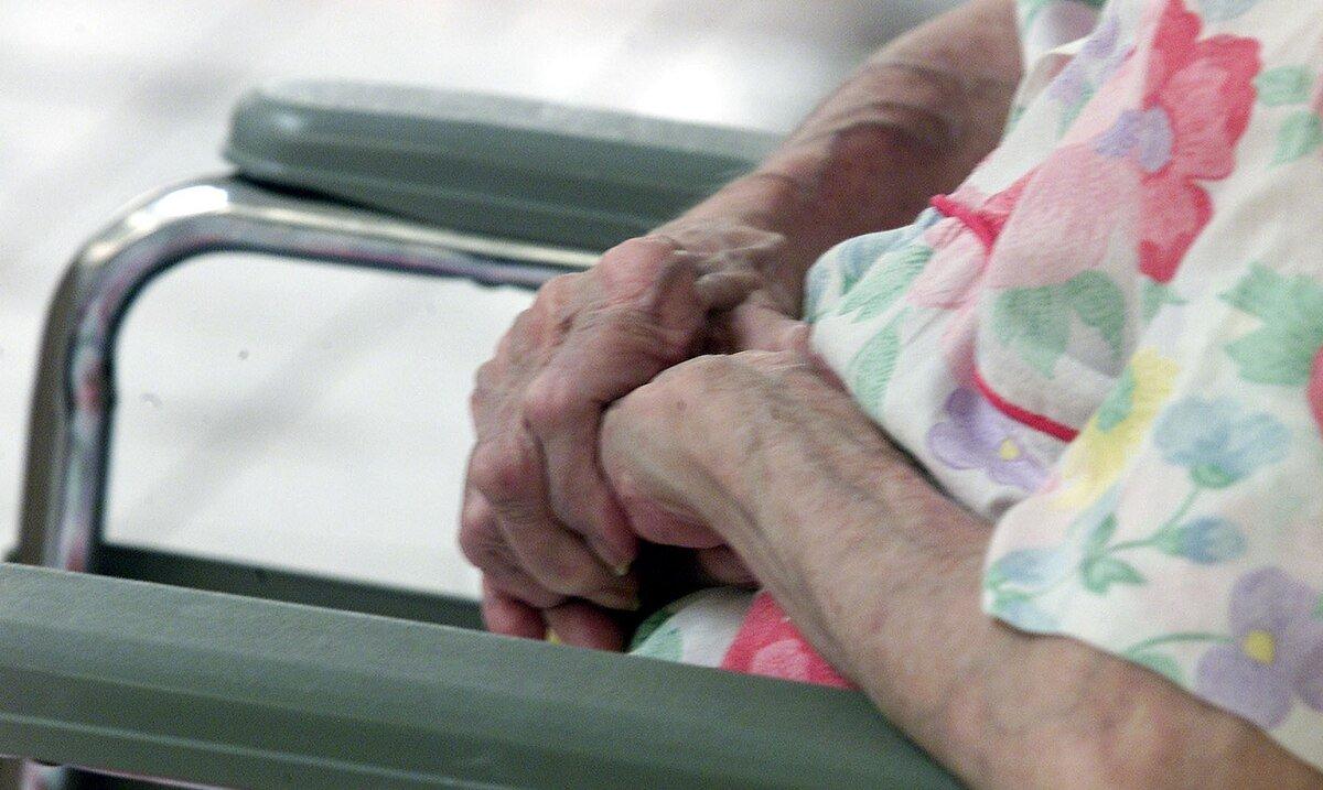 Brotes en los centros de adultos mayores causan la muerte de 41 personas en apenas cuatro semanas