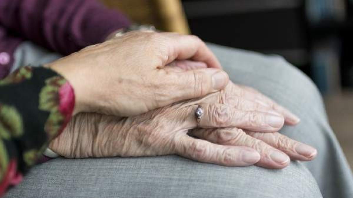 Las manos de dos personas mayores.