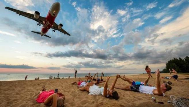 Aviones sobre turistas en la playa de Nai Yang.