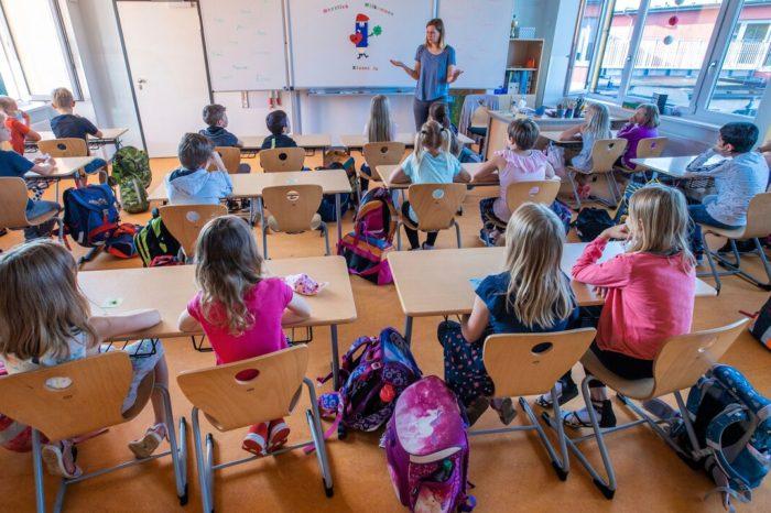 Escuelas que reabrieron en Europa reportan contagios limitados de COVID-19