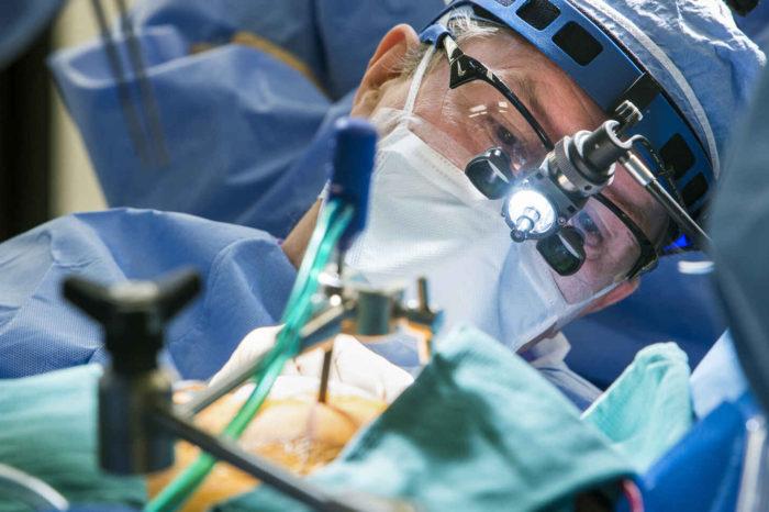 Asi se sustituye la valvula aortica del corazon sin abrir el torax en la cirugia