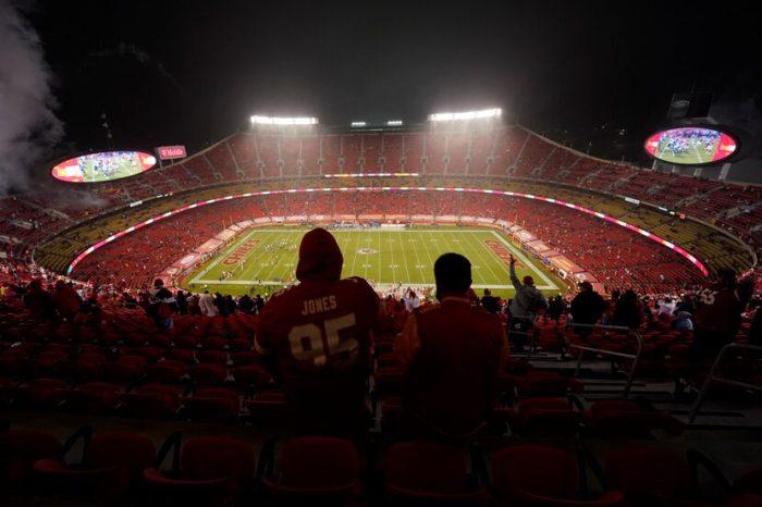 Cerca de 17,000 fanaticos asisten al primer juego de la temporada de la NFL