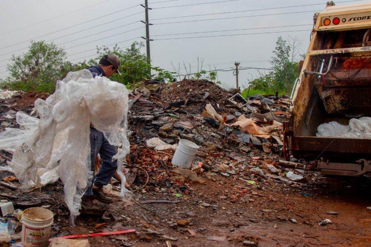 Dengue: trabajan en la eliminacion de minibasurales en el barrio Los Patitos 2 de Posadas