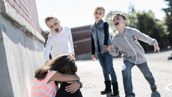 El ciberacoso entre menores adelanta su edad de inicio a los diez años. ¿Como pueden prevenirlo padres y escuela?