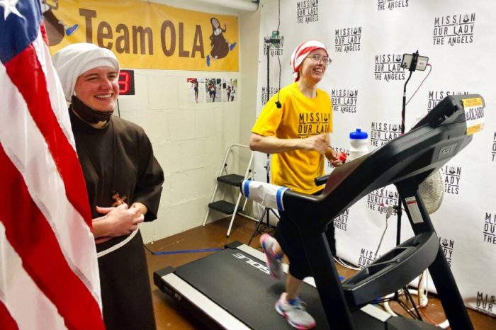 Monja corre maraton en trotadora y recauda $130,000 dolares