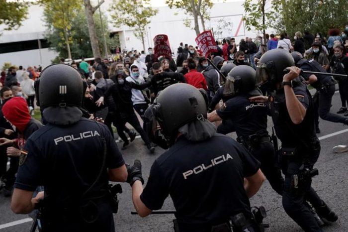 Ayuso acusa al Gobierno de apoyar las manifestaciones contra los confinamientos