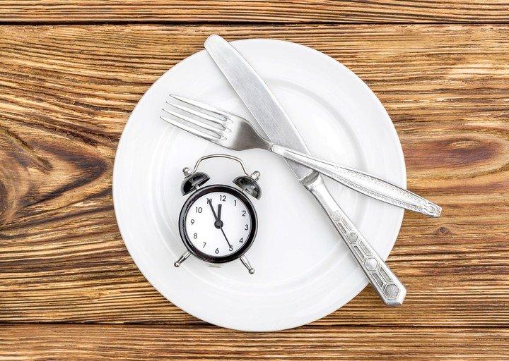 Comer justo antes de acostarse dificulta el proceso digestivo.
